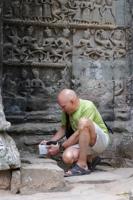 """Профессор Коротков устанавливает прибор """"ГРВ Эко-Тестер"""" в храме Ангкор-Том"""